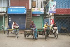Rikschas warten auf Passagiere in Puthia, Bangladesch Lizenzfreies Stockbild