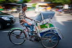 Rikshaw司机在日惹 图库摄影