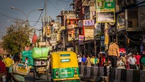Riksja's bij de markt van Chandni Chowk de stad in in Oud Delhi, India op de weg stock foto's