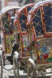 Riksja's die op wielen op klanten in Katmandu wachten Stock Foto