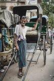 Riksjabestuurder die in Calcutta, India werkt Stock Fotografie