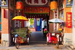 Riksjadriewielers dichtbij de tempel, Penang, Maleisië Royalty-vrije Stock Foto's