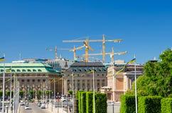 Riksplan, buskar och gata med nationsflaggor på den Sodermalm ön, Gustav Adolfs torgfyrkant, kunglig svensk operahusbyggnad royaltyfria bilder
