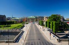 Riksplan gräsplangräsmatta och gata med nationsflaggor, Stockholm, S royaltyfri foto