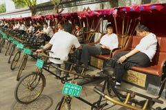 Riksza czekać na pasażerów przy Futong ulicą obok Houhai jeziora w Pekin, Chiny Zdjęcie Royalty Free