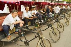 Riksza czekać na pasażerów przy Futong ulicą obok Houhai jeziora w Pekin, Chiny Zdjęcie Stock
