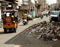 Riksza i motocykliści jadą puszka uliczny pełnego śmieci fotografia stock