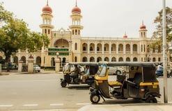 Riksza jedzie past struktury jawne instytucje w tradycyjnym indyjskim architektura stylu Fotografia Stock