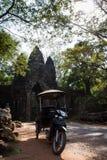Riksza przy zwycięstwo bramą Angkor Thom zdjęcie royalty free