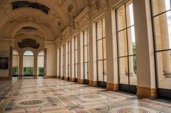 Rikt dekorerad korridor på ingången av Petit Palais i Paris royaltyfria foton