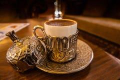 Rikt dekorerad liten traditionell turkisk kopp för starkt svart kaffe arkivbilder