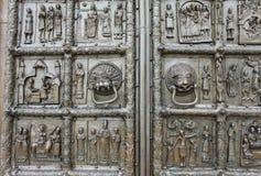 Rikt dekorerade forntida portar arkivbild