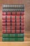 Rikt dekorerade volymer av böcker med en guld- bokstäver royaltyfria bilder