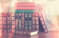 Rikt dekorerade volymer av böcker med en guld- bokstäver på bet royaltyfri fotografi