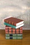 Rikt dekorerade volymer av böcker med guld- bokstäver fotografering för bildbyråer