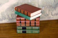Rikt dekorerade volymer av böcker med guld- bokstäver royaltyfria foton