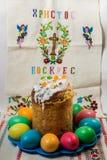 Rikt dekorerat easter bröd och färgade easter ägg royaltyfri foto