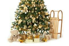 Rikt dekorerat julträd med isolerade guld- prydnader royaltyfri foto