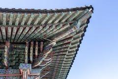 Rikt dekorerat tak av Haedong Yonggungsa den buddistiska kloster i Busan, Sydkorea arkivbild