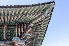 Rikt dekorerat tak av Haedong Yonggungsa den buddistiska kloster i Busan, Sydkorea fotografering för bildbyråer