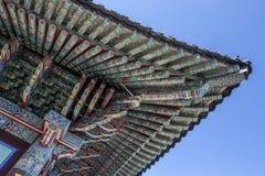 Rikt dekorerat tak av Haedong Yonggungsa den buddistiska kloster i Busan, Sydkorea royaltyfri bild