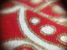 Rikt dekorerat tyg som tas med makroen Lens Royaltyfri Bild
