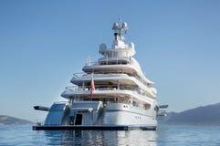 Rikt - främre sikt av den lyxiga yachten för fem berättelse på Mediterraneaen Royaltyfria Bilder