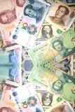 Rikt sedlar och mynt för bakgrundspengar arkivfoto