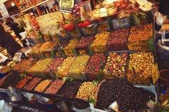 Rikt sortiment av inlagda oliv i livsmedelsbutikmarknaden i Istanbul royaltyfri bild