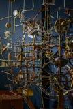 Rikta uppmärksamheten på systemet med metallstänger, kugghjul och kugghjul mekanism Arkivbild