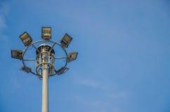 Riktar uppmärksamheten på elektriska poler med bakgrund för blå himmel Arkivbild