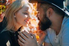 Riktiga meningar Sära med älsklingen Skäggig förälskade hipsterman och mjuk blond kvinna Förälskat lyckligt slut för par fotografering för bildbyråer