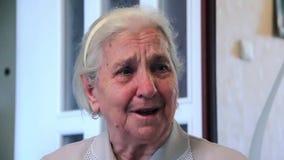 Riktigt ärligt gråta av den äldre kvinnan arkivfilmer