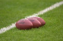 Riktigt blåste upp NFL-fotbollar arkivfoton