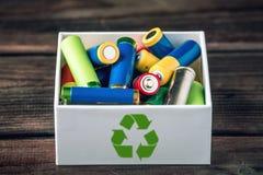Riktigt förfogande av giftet till de jordmiljön och batterierna Återvinning av skadliga vikter för ekologiskt fotografering för bildbyråer