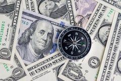 Riktning av Förenta staterna finansiellt begrepp, kompass på USA-dockan arkivfoto
