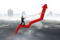 Riktning för affärsmankontrollpil av den röda trendlinjen Royaltyfri Bild