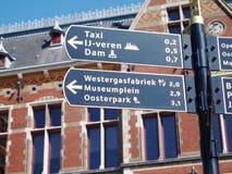 Riktningar på centraal Amsterdam Arkivfoto
