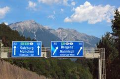 Riktningar på motorwayen som går till Salzburg Royaltyfri Bild