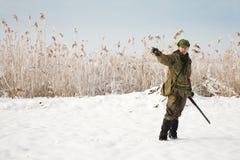 riktningar som ger jägarejägare annan till Fotografering för Bildbyråer