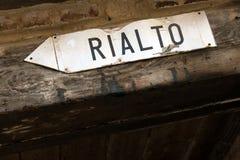 Riktningar till den Rialto bron Arkivfoton