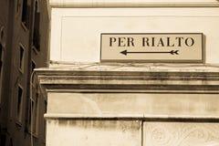 Riktningar till den Rialto bron Royaltyfri Foto
