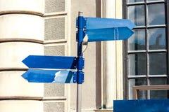 riktningsgrönt isolerat vägmärkeavstånd för blank kopia Fotografering för Bildbyråer