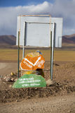 Riktningskulöra vägmärken till Uyuni i Eduardo Avaroa, Boliv arkivfoton