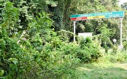 Riktningsstolpe av den Neora dalnationalparken, omr?de f?r Dunga kullel?ger, nordost Indien Suntalekhola, Samsing Det erbjuder ob royaltyfria bilder