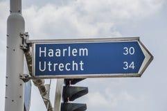 Riktningstecken för Haarlem och Utrecht på Diemen Nederländerna 2018 Fotografering för Bildbyråer