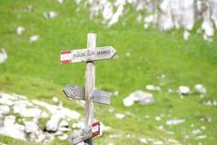 Riktningstecken längs slingorna av Marmarole, Dolomites Royaltyfri Foto