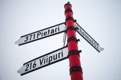 Riktningstecken med avstånd till städer Arkivbild