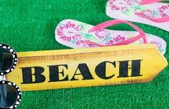 Riktningstecken med stranden Royaltyfria Bilder