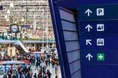 Riktningstecken på den Waterloo stationen Fotografering för Bildbyråer